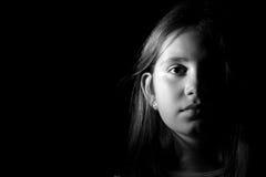 一个小女孩的黑白画象 免版税库存图片