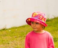 一个小女孩的画象一个帽子的步行的 免版税图库摄影