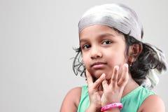 一个小女孩的画象一种愉快的心情的 免版税库存照片