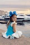 一个小女孩的画象与蓝色弓的三年在她的头,微笑着 库存图片
