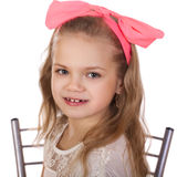一个小女孩的画象有一把红色弓的在她的头 免版税库存照片