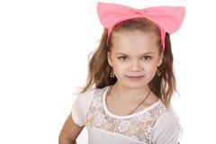 一个小女孩的画象有一把红色弓的在她的头 库存照片