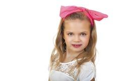 一个小女孩的画象有一把红色弓的在她的头 图库摄影