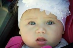 一个小女孩的画象有白色弓的 免版税库存图片