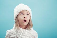 一个小女孩的画象白色帽子和围巾的 免版税图库摄影