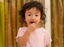 一个小女孩肮脏用巧克力 图库摄影