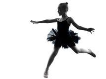 一个小女孩芭蕾舞女演员跳芭蕾舞者跳舞剪影 免版税图库摄影
