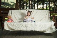 一个小女孩设法膨胀baloons 免版税库存照片