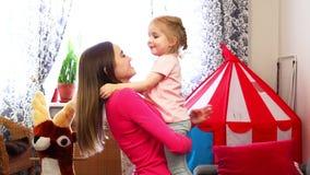 一个小女孩跳进她的在慢动作的母亲` s手 股票视频