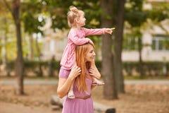 一个小委员会走与妈妈在公园 图库摄影