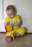 一个小孩使用与在地板上的玩具 免版税库存照片