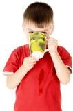 与杯子的小儿童饮料 免版税库存照片