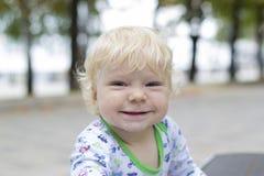 一个小孩子学会在长凳,小孩附近走 免版税库存图片