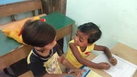 一个小孩是沟通给其他孩子 图库摄影