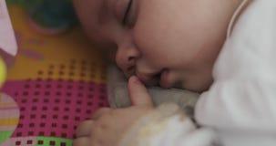 一个小孩的一个美梦的特写镜头婴孩小儿床的 影视素材