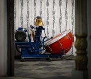 一个小寺庙的机械鼓手。印度,乌代浦 库存图片