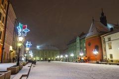 一个小市场的夜视图在克拉科夫,波兰 免版税库存图片