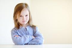 一个小恼怒的女孩的画象 免版税库存图片
