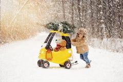 一个小愉快的男孩在降雪的冬天 免版税图库摄影