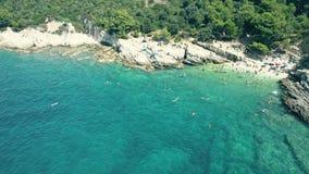 一个小拥挤多岩石的海滩的鸟瞰图在亚得里亚海的 暑假时间 库存照片