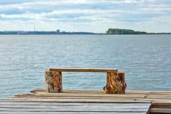 一个小暂时木码头和板条长凳在岸的 库存照片