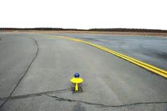 一个小机场的指示的黄色跑道 免版税图库摄影