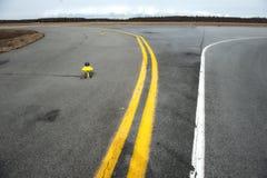 一个小机场的指示的黄色跑道 免版税库存图片