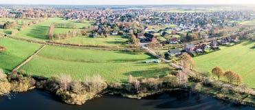 一个小村庄的空中照片在下萨克森州,德国,有t的 图库摄影