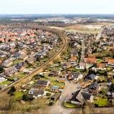 一个小村庄的鸟瞰图在下萨克森州,由一个单行道铁路线切开 库存图片