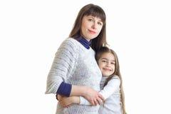 一个小柔和的女孩紧紧拥抱她的母亲手 库存照片