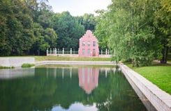 一个小池塘的岸的砖房子 免版税库存图片