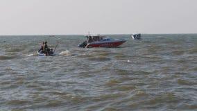一个小汽船的渔夫沿波浪移动在海 泰国 聚会所 影视素材
