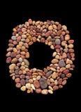 一个小海小卵石的圆的构成在黑背景的 免版税库存图片