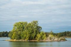 一个小海岛在一个晴天 免版税库存照片
