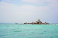 一个小海岛在大海洋 免版税图库摄影