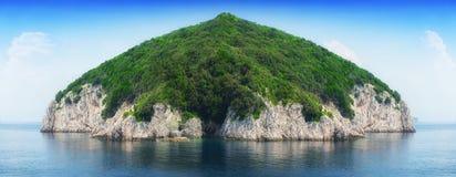 一个小海岛在风平浪静 库存照片