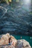 一个小海湾的女孩在五乡地储备的一个岩石 惊人的自然和新鲜空气在海湾 库存图片