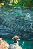 一个小海湾的女孩在五乡地储备的一个岩石 惊人的自然和新鲜空气 免版税库存图片