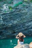 一个小海湾的女孩在五乡地储备的一个岩石 惊人的自然和新鲜空气 库存图片