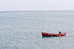 一个小渔船的渔夫Howth港口在爱尔兰 库存图片
