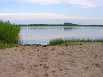 一个小湖的桑迪岸 免版税库存照片