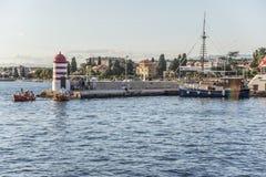 一个小灯塔和码头在市扎达尔,克罗地亚 库存图片