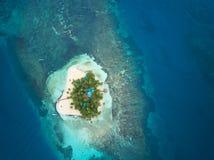 一个小热带海岛 免版税库存图片