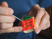 一个小玩具房子的手工制造制造 概念性对象的准备 免版税库存照片