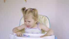一个小甜小女孩哭泣 泪花流动在她的面颊下 可爱的哭泣的婴孩 股票视频