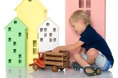一个小男孩使用与玩具汽车 库存图片