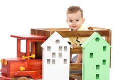 一个小男孩使用与玩具汽车 库存照片