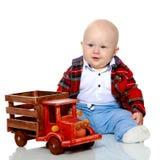 一个小男孩使用与玩具汽车 免版税库存图片