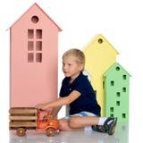 一个小男孩使用与玩具汽车 免版税库存照片