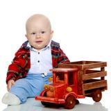 一个小男孩使用与玩具汽车 免版税图库摄影